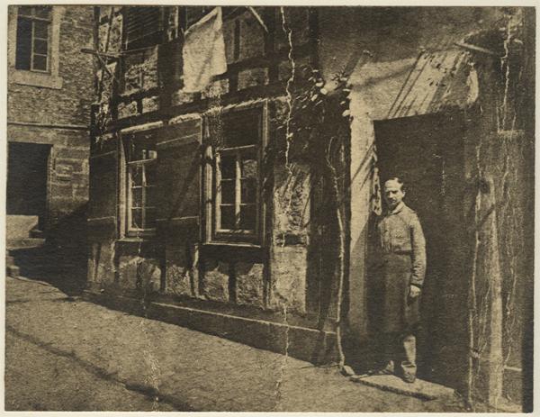 Vor seiner Werkstatt in Stuttgart, Marienstraße